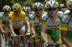 Floyd Landis in yellow with his team - Phonak